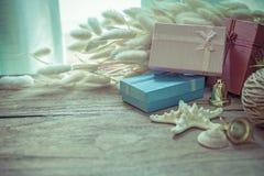 Draufsicht der Weihnachtsgirlande auf rustikalem hölzernem Hintergrund Stockfoto