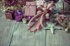 Draufsicht der Weihnachtsgirlande auf rustikalem hölzernem Hintergrund Stockbild