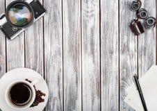 Draufsicht der Weinlesefilmkamera, der Kaffeemaschine und des Filmes Lizenzfreies Stockbild