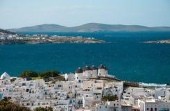 Draufsicht der Windmühlen und Chora von Mykonos Insel Lizenzfreie Stockfotografie