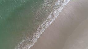 Draufsicht der Zerquetschung bewegt auf den Strand wellenartig stock footage