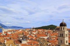Draufsicht der Ziegeldächer und des Meeres in der italienischen Art in Dubrovnik, Kroatien stockfoto
