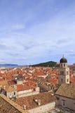 Draufsicht der Ziegeldächer und des Meeres in der italienischen Art in Dubrovnik, Kroatien lizenzfreies stockbild