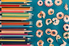 Draufsicht der Zusammensetzung der bunten Bleistifte und der Ausschnitte Stockfoto