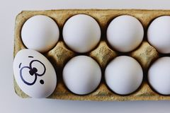 Draufsicht des überraschten Eies in einem Kartonkasten Lizenzfreie Stockfotos