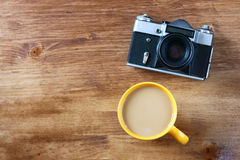 Draufsicht des alten Kameratasse kaffees und -buches Stockfotos