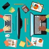 Draufsicht des Arbeitsplatzes mit Laptop und Geräten lizenzfreie abbildung