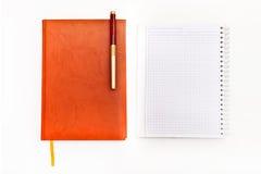 Draufsicht des Arbeitsplatzkonzeptes Tagebücher lokalisiert auf dem weißen Ba Stockfoto