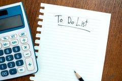 Draufsicht des Arbeitsschreibtisches mit dem Schreiben, zum der Liste zu tun Lizenzfreie Stockfotografie