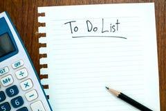 Draufsicht des Arbeitsschreibtisches mit dem Schreiben, zum der Liste zu tun Stockbilder