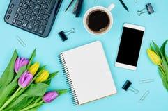 Draufsicht des Arbeitszubehörs mit Tulpen Stockbilder