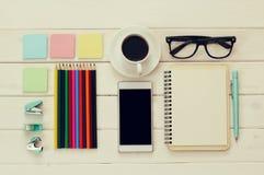 Draufsicht des Büroartikels, des Mobiltelefons und des Tasse Kaffees Stockfotografie