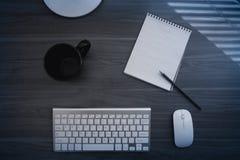 Draufsicht des Büroholztischs mit stationärem Stockfoto