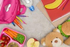 Draufsicht des Behälters mit Kindern essen für Schule, Tasche mit Bleistiften und Notizbücher zu Mittag stockfotografie