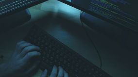 Draufsicht des Berufshackers ein Verbrechen begehend stock video