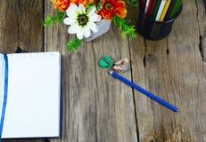 Draufsicht des Bleistiftkastens, zensieren, geöffnetes Notizbuch Stockfotos
