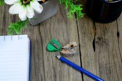 Draufsicht des Bleistiftkastens, zensieren, geöffnetes Notizbuch Lizenzfreie Stockbilder