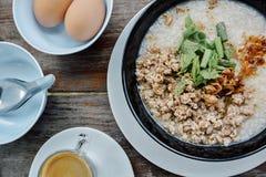 Draufsicht des Breimorgens, Kaffee, thailändische Nahrung stockbild