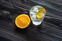 Draufsicht des Cocktails mit einer Scheibe der Orange und des Sodas stockbild