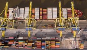 Draufsicht des Containerschiffs entladend in Hafen Stockbild