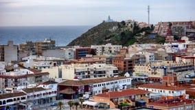 Draufsicht des Dachs einer spanischen Stadt mit dem Meer im Hintergrund stockfoto