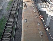 Draufsicht der Eisenbahnlinie und des Personenzugs Lizenzfreie Stockfotografie