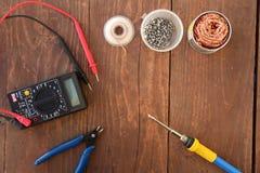 Draufsicht des Elektronikreparaturwerkzeugs auf dem Tisch stockfotos
