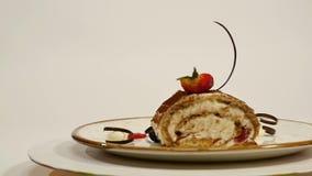 Draufsicht des Erdbeerkäsekuchens auf Holztisch Stück des Schokoladenkuchens mit Erdbeere verzieren auf die Oberseite Ein Stück v stock footage