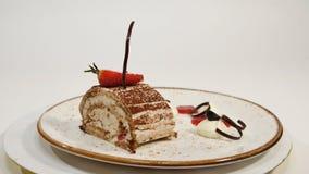 Draufsicht des Erdbeerkäsekuchens auf Holztisch Stück des Schokoladenkuchens mit Erdbeere verzieren auf die Oberseite Ein Stück v Stockfotografie