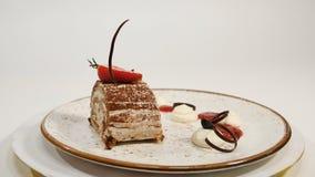 Draufsicht des Erdbeerkäsekuchens auf Holztisch Stück des Schokoladenkuchens mit Erdbeere verzieren auf die Oberseite Ein Stück v Stockfotos