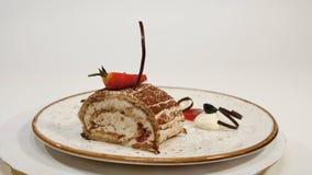 Draufsicht des Erdbeerkäsekuchens auf Holztisch Stück des Schokoladenkuchens mit Erdbeere verzieren auf die Oberseite Ein Stück v Stockbild
