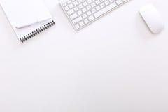 Draufsicht des Exekutivarbeitsplatzes auf weißem Hintergrund lizenzfreie stockbilder