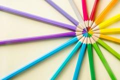 Draufsicht des Farbbleistiftkreises auf gelbem Papierhintergrund, der Teamwork, vereinigt und Kommunikationskonzept stockfotografie