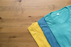 Draufsicht des Farbt-shirts auf schwarzem Hintergrund Lizenzfreies Stockbild