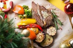 Draufsicht des Fleischsteaks mit Gemüse lizenzfreie stockfotografie