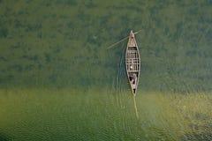 Draufsicht des Flussbootes vom Brückengrünwasser Lizenzfreie Stockfotografie