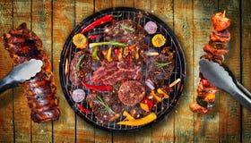 Draufsicht des Frischfleisches und des Gemüses auf dem Grill gesetzt auf hölzernes p Lizenzfreie Stockfotografie