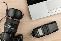 Draufsicht des Funktionstabellen-Fotografen, Holzoberfläche mit Laptop, Kamera und Blitz Lizenzfreie Stockfotografie