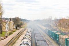 Draufsicht des Güterzugs Ein Güterzug geführt durch das stati Lizenzfreies Stockbild
