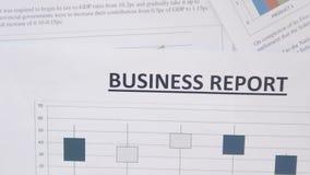 Draufsicht des Geschäftsberichtes über Schreibtisch stock video