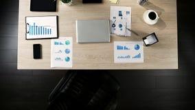 Draufsicht des Geschäftsmannarbeitsplatzes, freie Position für zukünftigen Chef, stellend an lizenzfreie stockbilder
