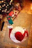 Draufsicht des Geschenks in Santa Claus-Händen lizenzfreies stockfoto