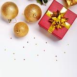 Draufsicht des Geschenks und der goldenen Ball Weihnachtsdekoration Lizenzfreie Stockfotografie