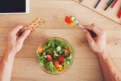 Draufsicht des gesunden Business-Lunchs bei Tisch Stockfotos