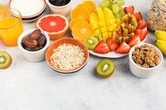 Draufsicht des gesunden Frühstücks mit Hafern und Früchten Lizenzfreies Stockfoto