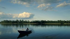 Draufsicht des gl?cklichen Paars in einem Boot auf See stock video