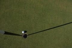 Draufsicht des Golfballs im Loch Lizenzfreies Stockfoto