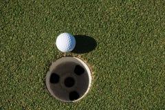 Draufsicht des Golfballs im Loch Lizenzfreies Stockbild