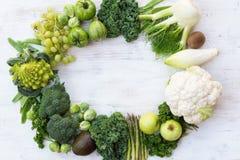 Draufsicht des grünen Gemüses und der Früchte Stockbilder