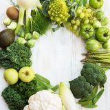 Draufsicht des grünen Gemüses und der Früchte Stockfotos